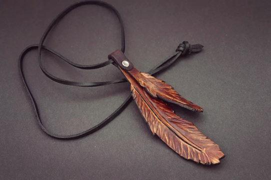 Collier plume pour femme accessoire de mode de couleur marron avec un fil noir